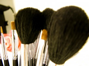 Auch flüssiges Make-Up lässt sich am besten mit einem Pinsel oder den Fingern auftragen