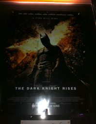 "Kinoplakat zu ""The Dark Knight Rises"" bei Nacht."