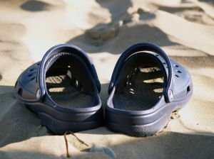 605391_sandals_on_the_beach