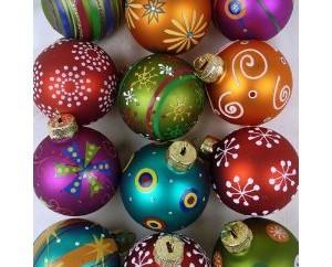 Weihnachtsdeko: Bunte und außergewöhnliche Christbaumkugeln