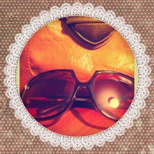 Mädchenflohmarkt: Ausbeute: ICHI Sonnenbrille und Umhängetasche in Braun