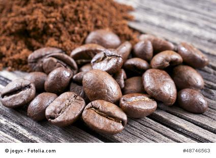 Gemahlener Kaffee und Kaffeebohnen