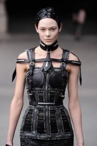 Design von Alexander McQueen auf der Pariser Fashion Week im März 2011