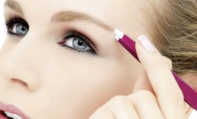 Perfekt gezupfte Augenbrauchen mit der Spezialpinzette von Ebelin